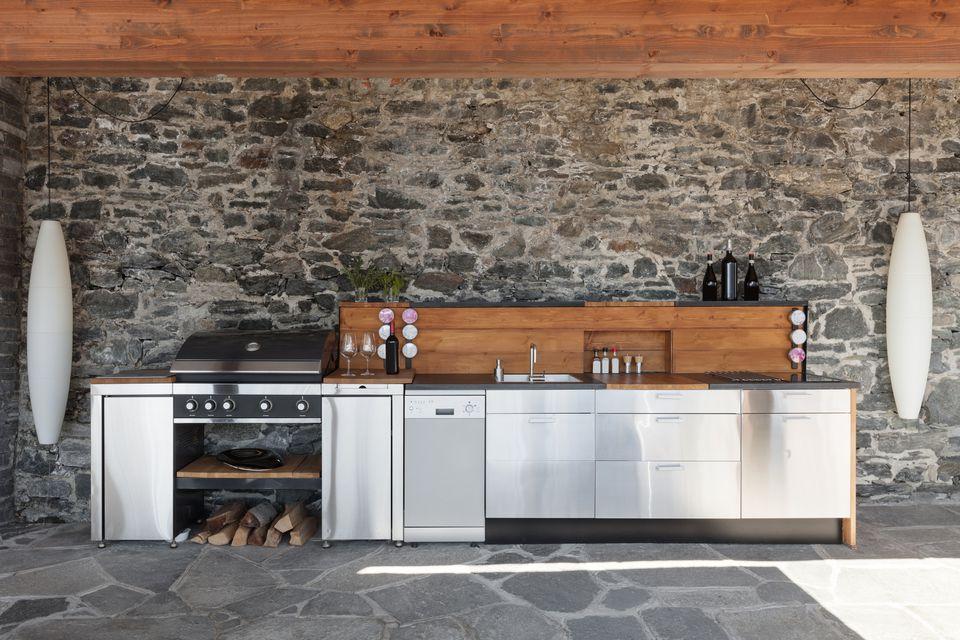 Modern, high-end outdoor kitchen