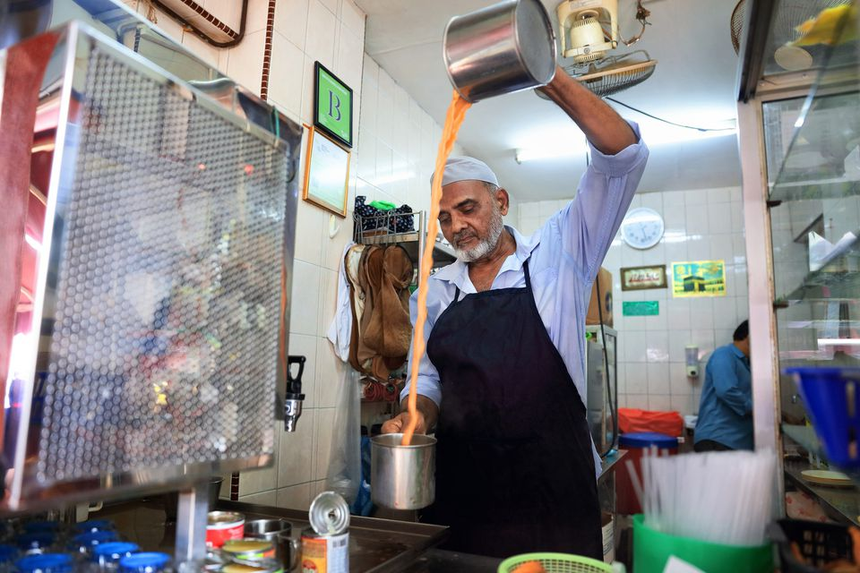 Teh tarik man making tea in Singapore