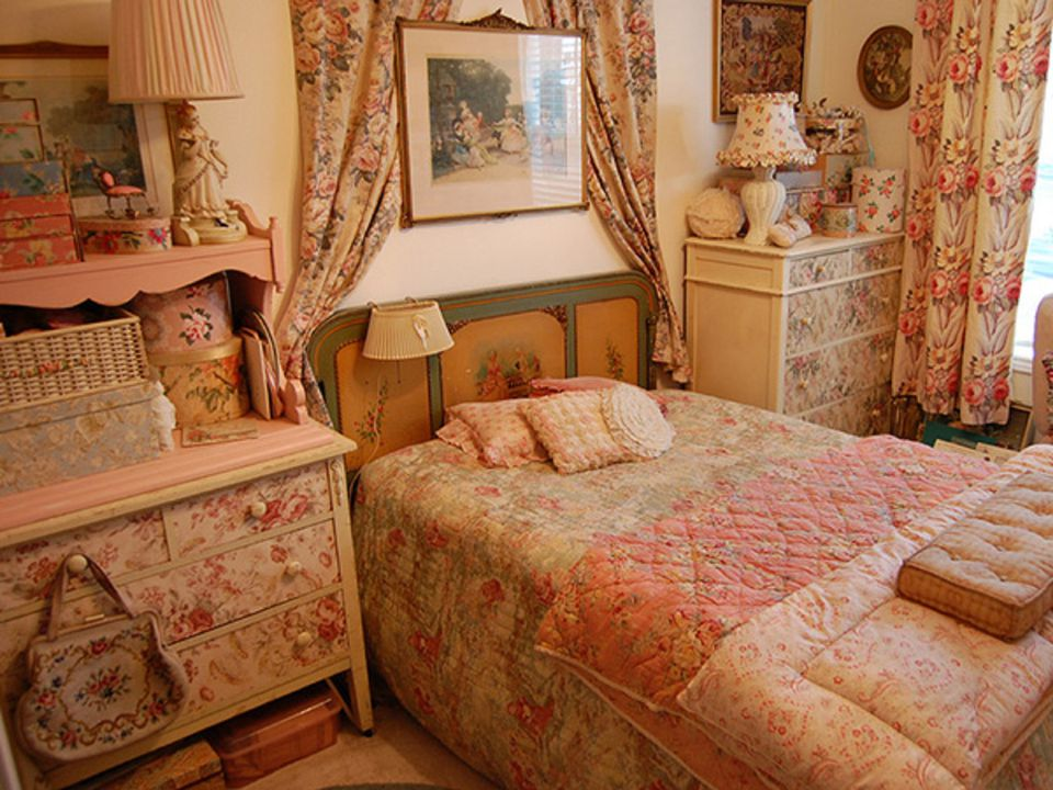 Vintage bedroom decorating ideas and photos for Pictures of small bedroom decor