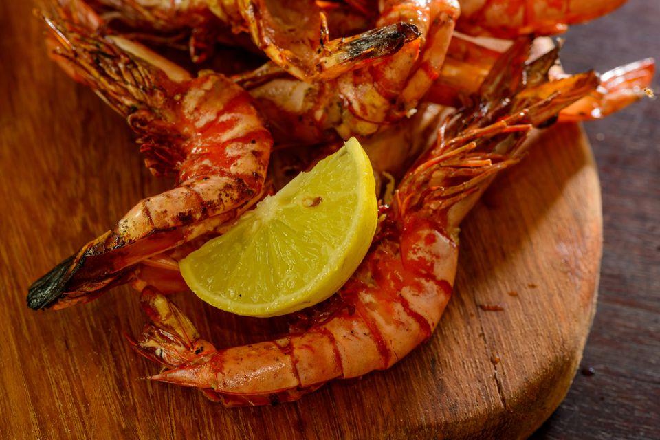 Shrimps with lemon on cutting board, Ibo Island Lodge, Ibo Island, Mozambique