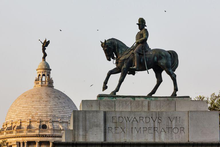 India, West Bengal, Calcutta (Kolkata), Edouard 7th statue before Victoria memorial