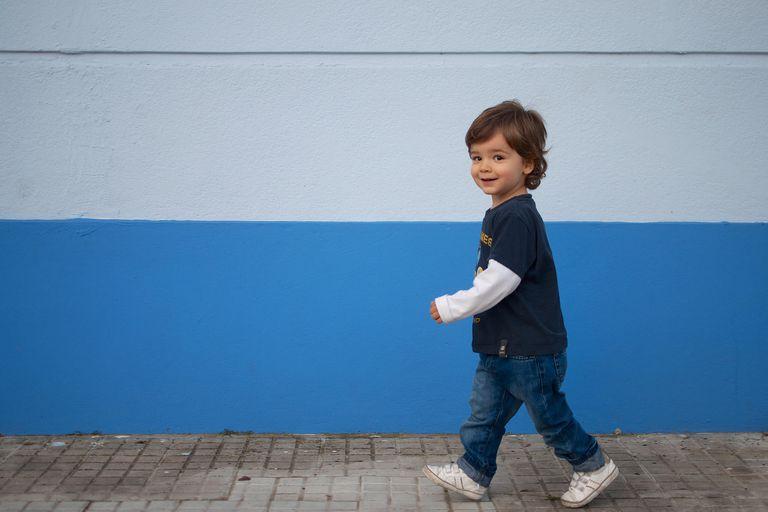 Niño de 3 años caminando