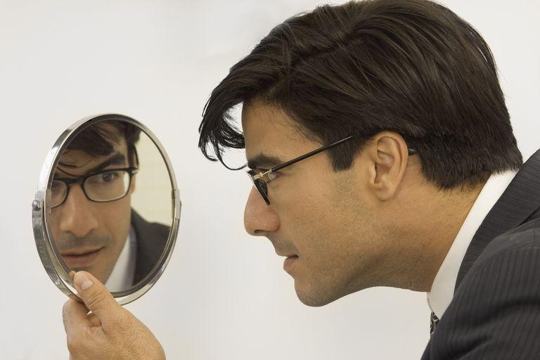 Un hombre mirando en un espejo