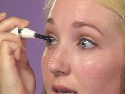 how to use eyelash curler. how to use an eyelash curler on yourself i
