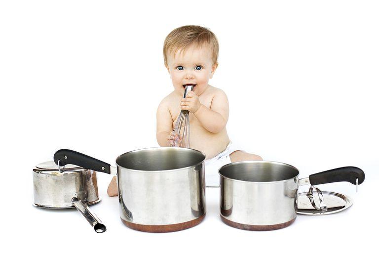 Niño de un año jugando con ollas