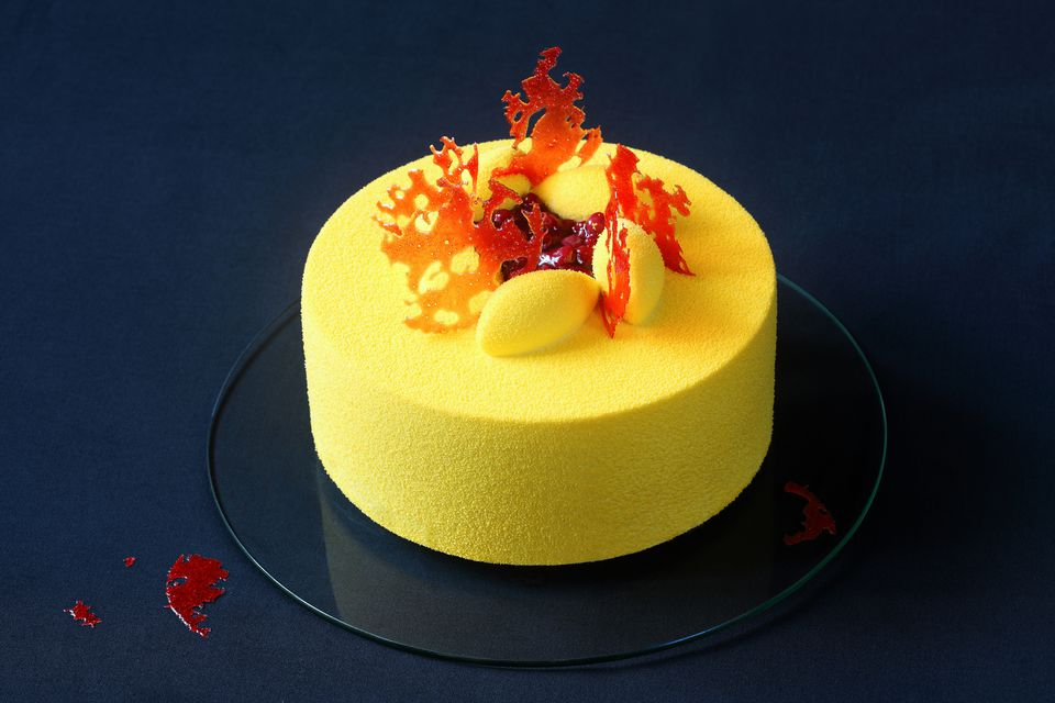 Yellow cake decorated with bubble sugar