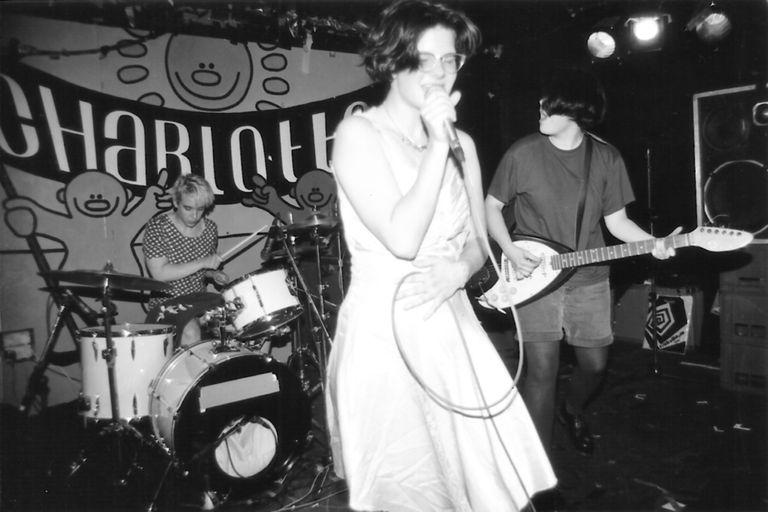 Una actuación de la banda 'riot grrrl' Bratmobile.