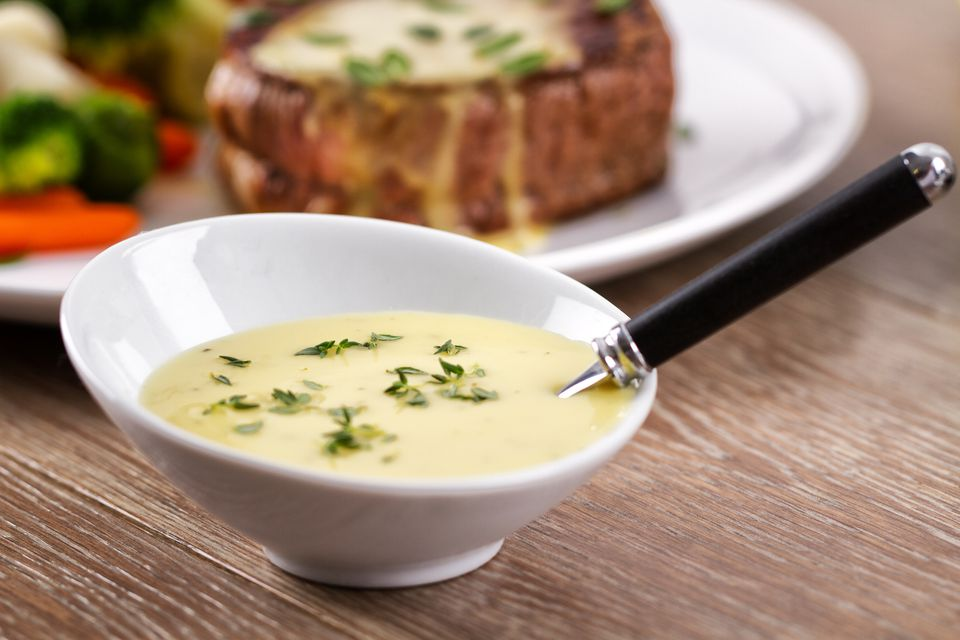 bearnaise sauce in bowl