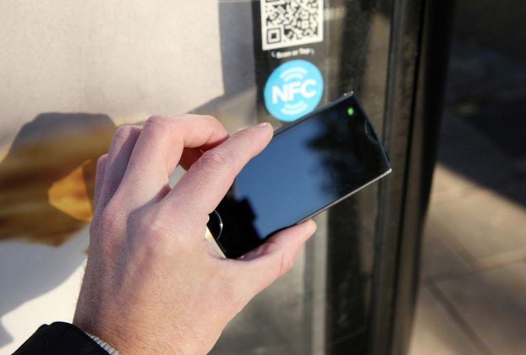 NFC establece un canal seguro y utiliza cifrado al enviar la información confidencial