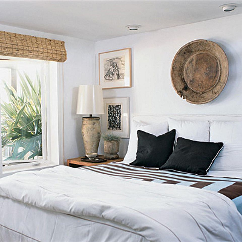 Decorating bedrooms with white walls for Pictures of bed rooms