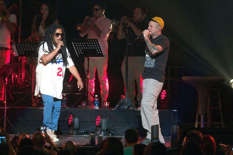 Tego Calderón en el escenario con Residente de Calle 13