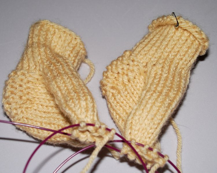Knitting Zone Cast On For Two Circular Needles : Knitting two socks at the same time