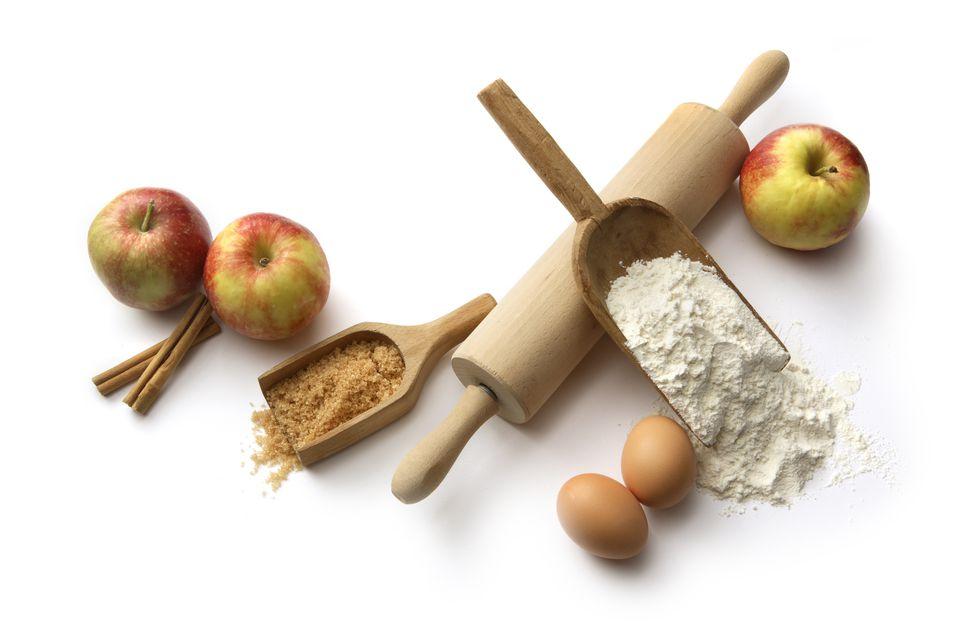 Baking Ingredients: Apple Pie (Flour, Eggs, Sugar, Apples, Cinnamon)