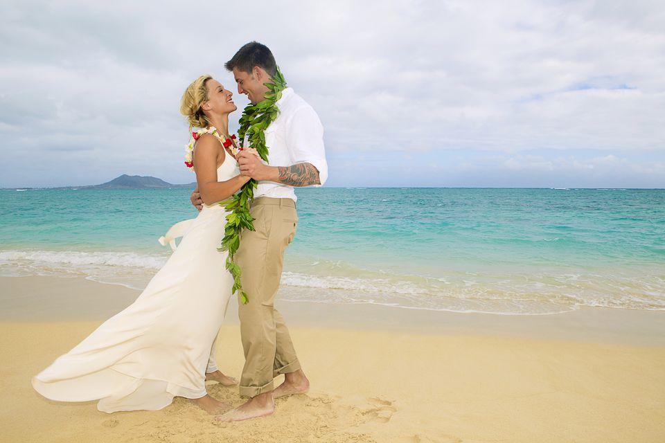 Hawaii wedding attire dos and donts hawaii oahu kailua lanikai beach attractive newlywed couple dancing on beach junglespirit Image collections