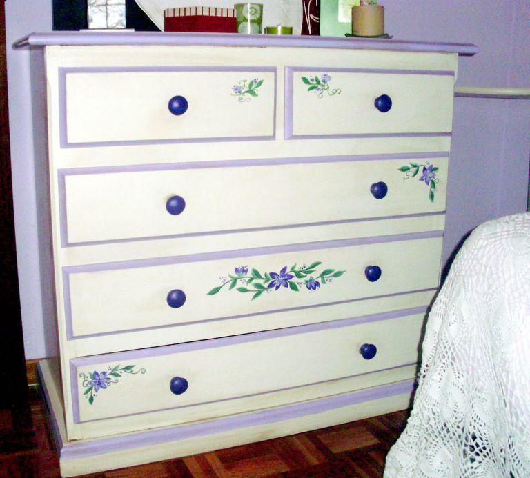 C mo pintar madera sin lijar o decapar for Pintar mueble barnizado