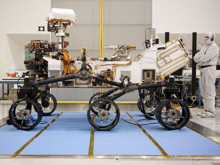 Side profile of the Mars rover Curiosity.