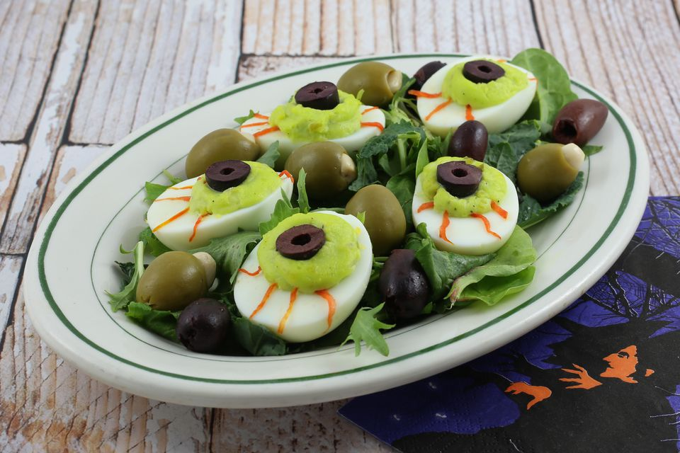 eyeball deviled eggs for halloween