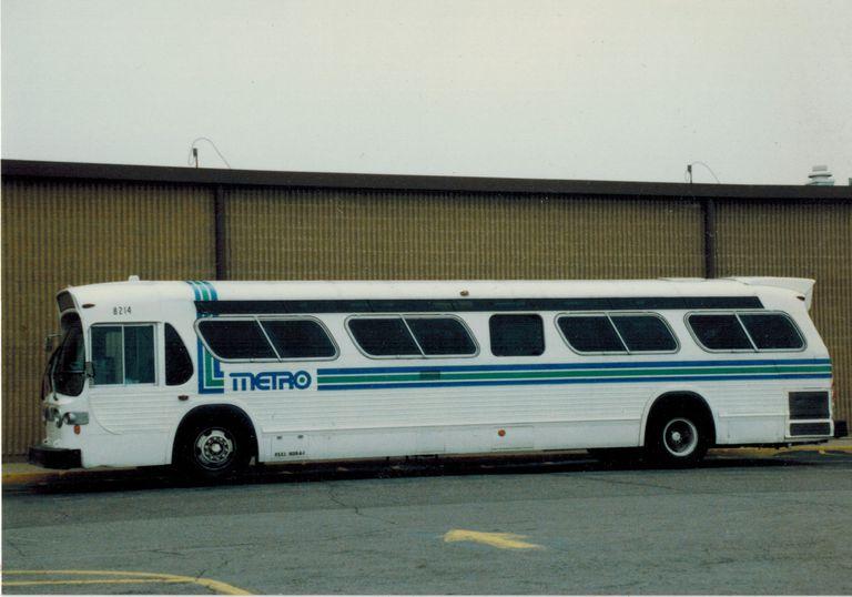 Indianapolis bus sporting the old Metro logo