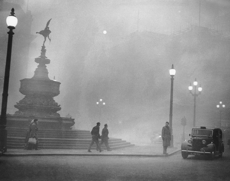 A picture of the Great Smog of 1952, in Piccadilly Circus, London.