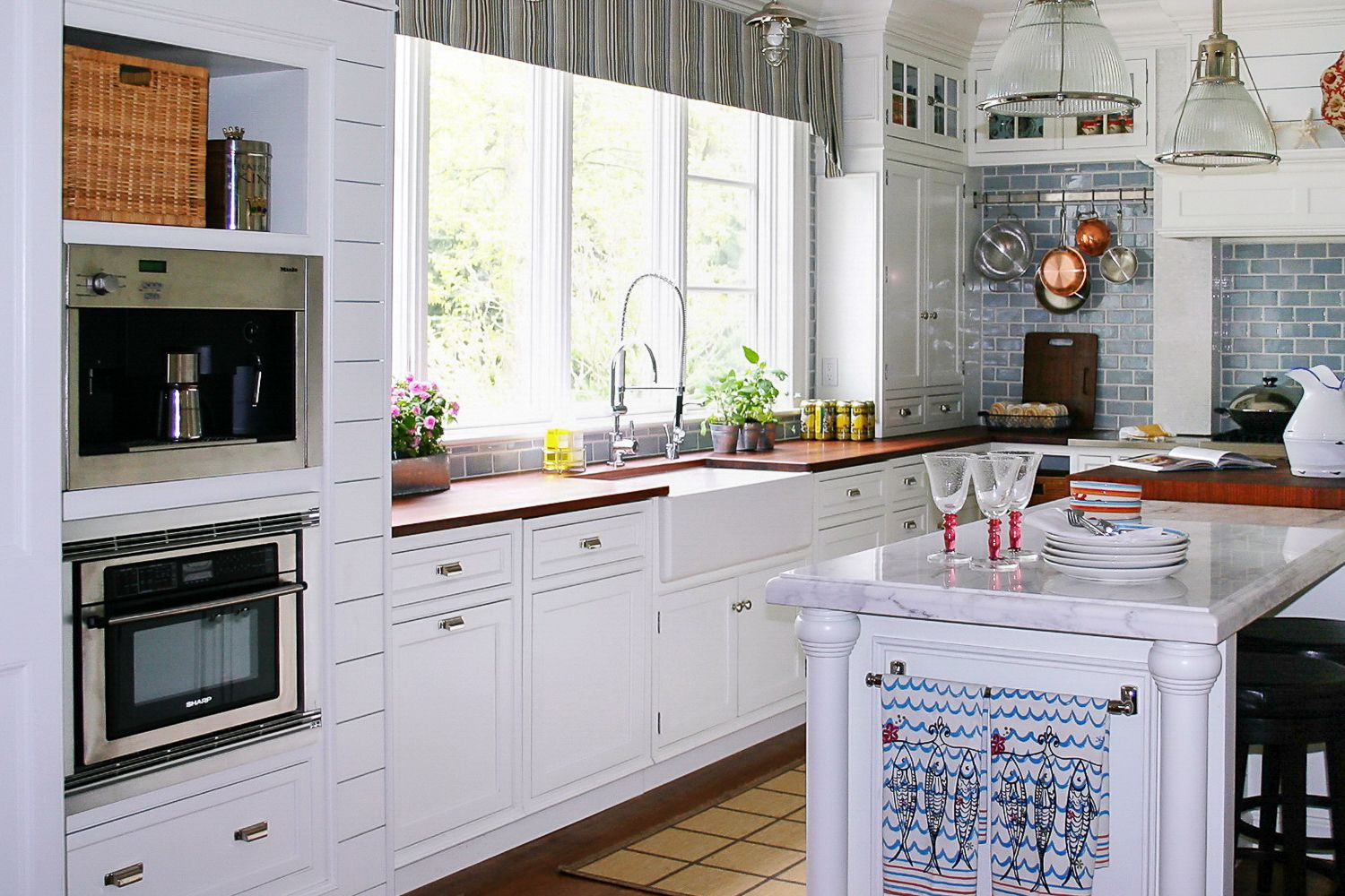 25 beautiful farmhouse style kitchens for Farm style kitchen designs