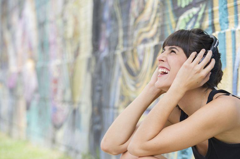 Mujer escuchando auriculares