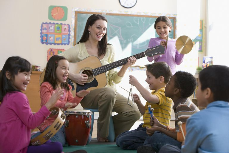 Profesora y niños cantando canciones infantiles