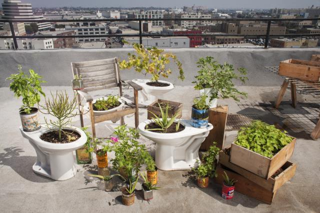 Jardines creativos 12 objetos reciclados convertidos en for Jardines en macetas
