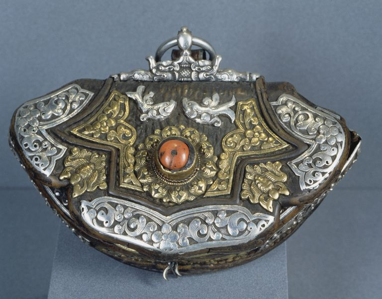 Old Tibetan silver contains silver and may be finely worked.