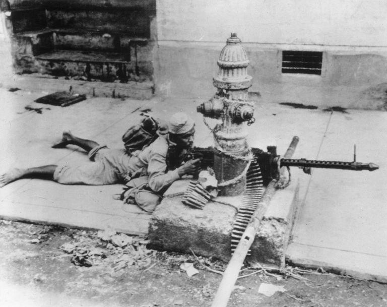 HukGuerrillaManilavsJapan1945KeystoneHultonGetty.jpg