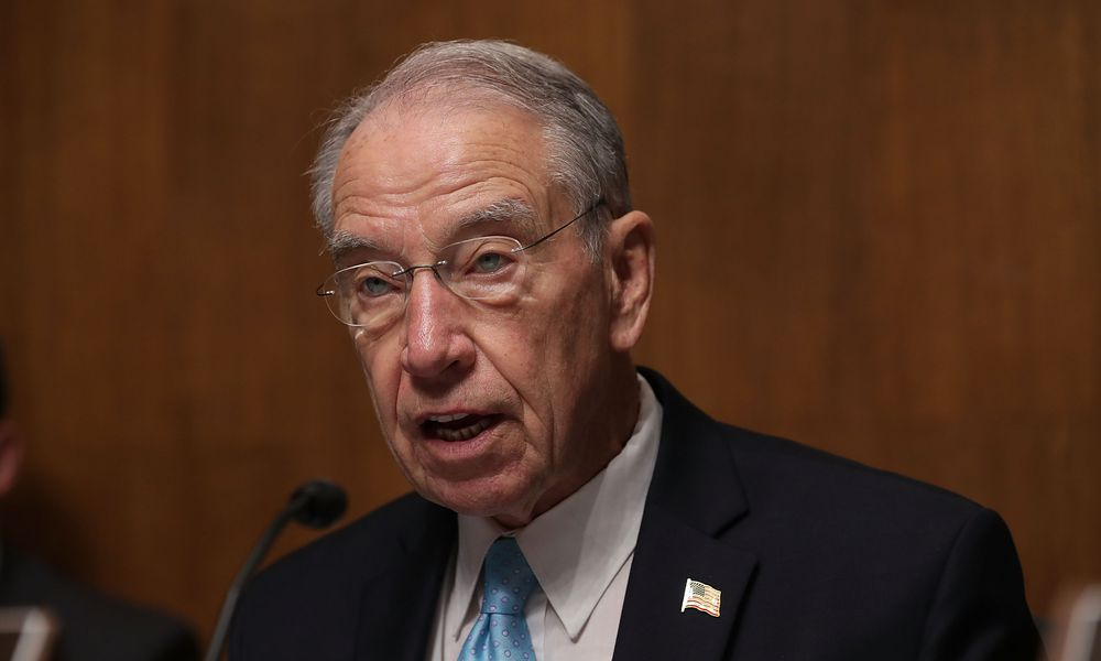 Senator Chuck Grassley (R, Iowa), called for a requirement in the ACA that Congress and staffers obtain coverage in the exchange