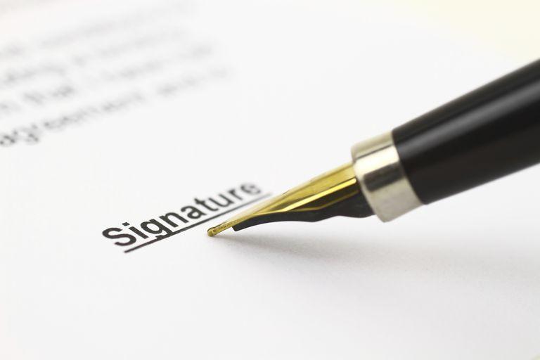 Firma en documento para pedir un waiver migratorio