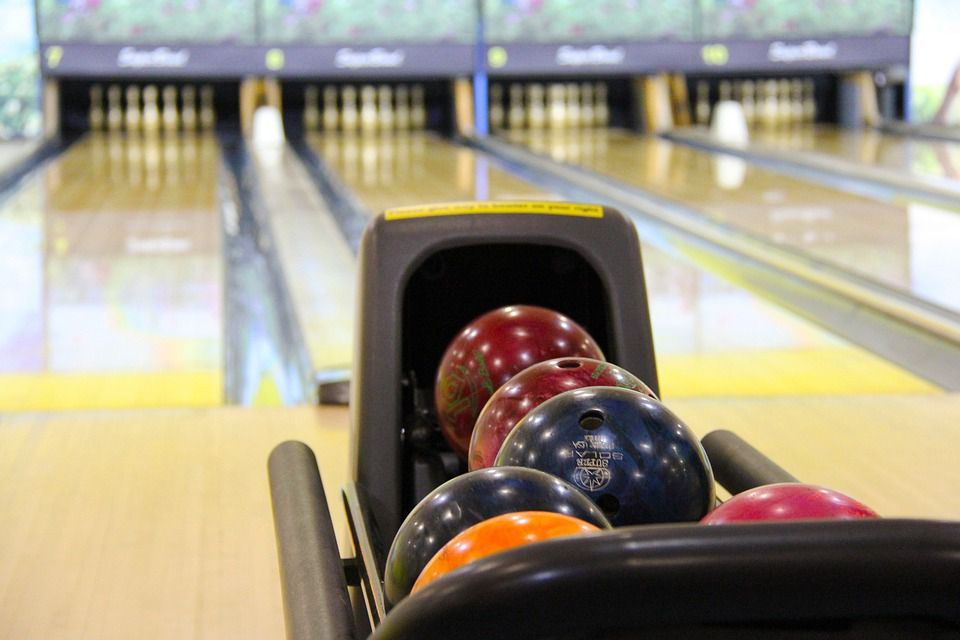 Great tips for a fun kids bowling party bowling balls and lanes solutioingenieria Images