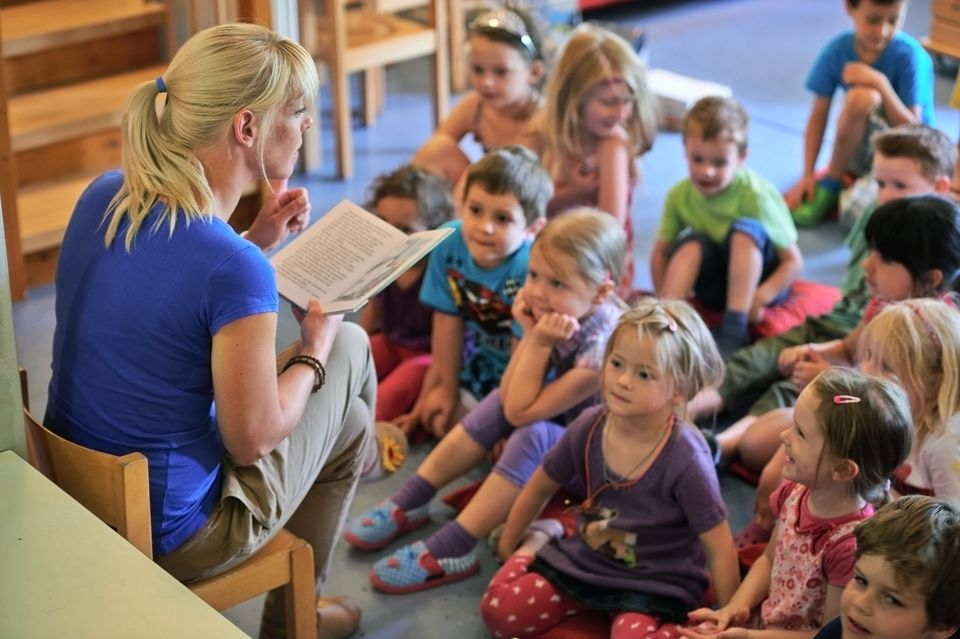 teacher reader to kindergarteners