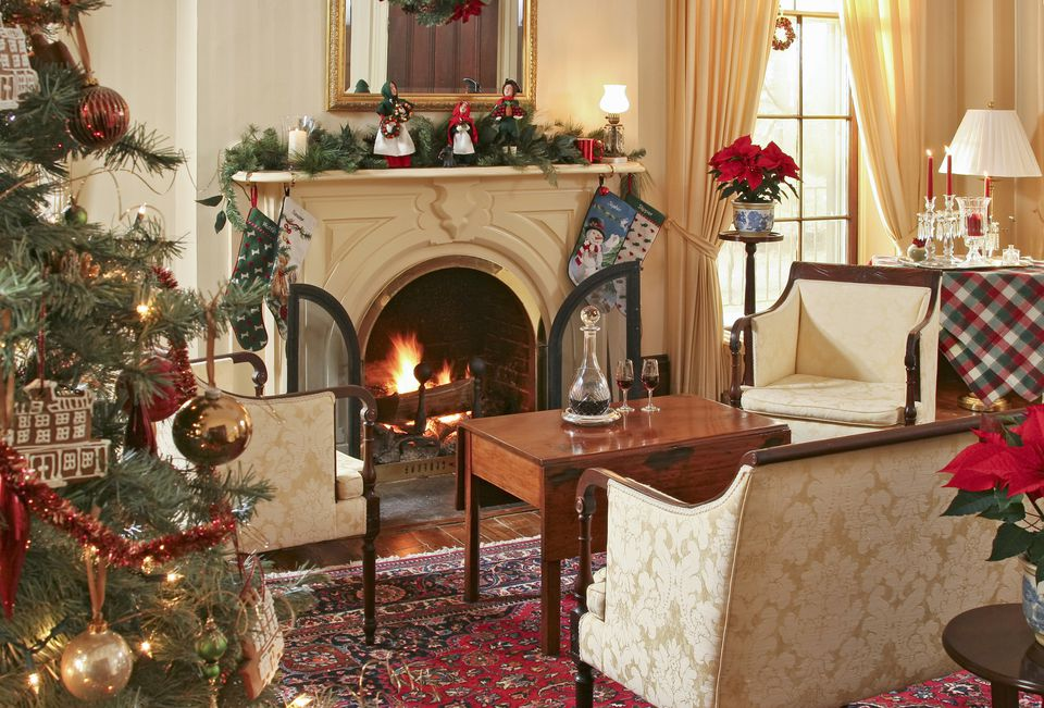 15 beautiful ways to decorate the living room for christmas for Interior xmas decorations