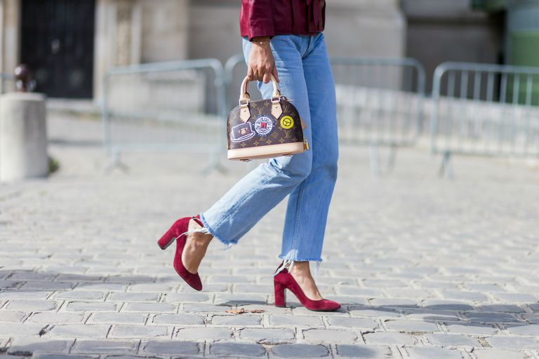 Street style woman in boyfriend jeans