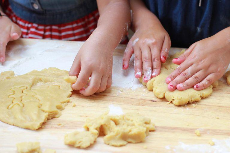 Niñas haciendo galletas