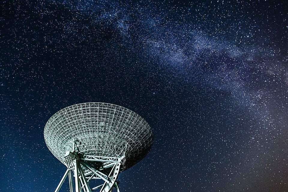 A Very Large Array radio telescope under the stars of the Milky Way