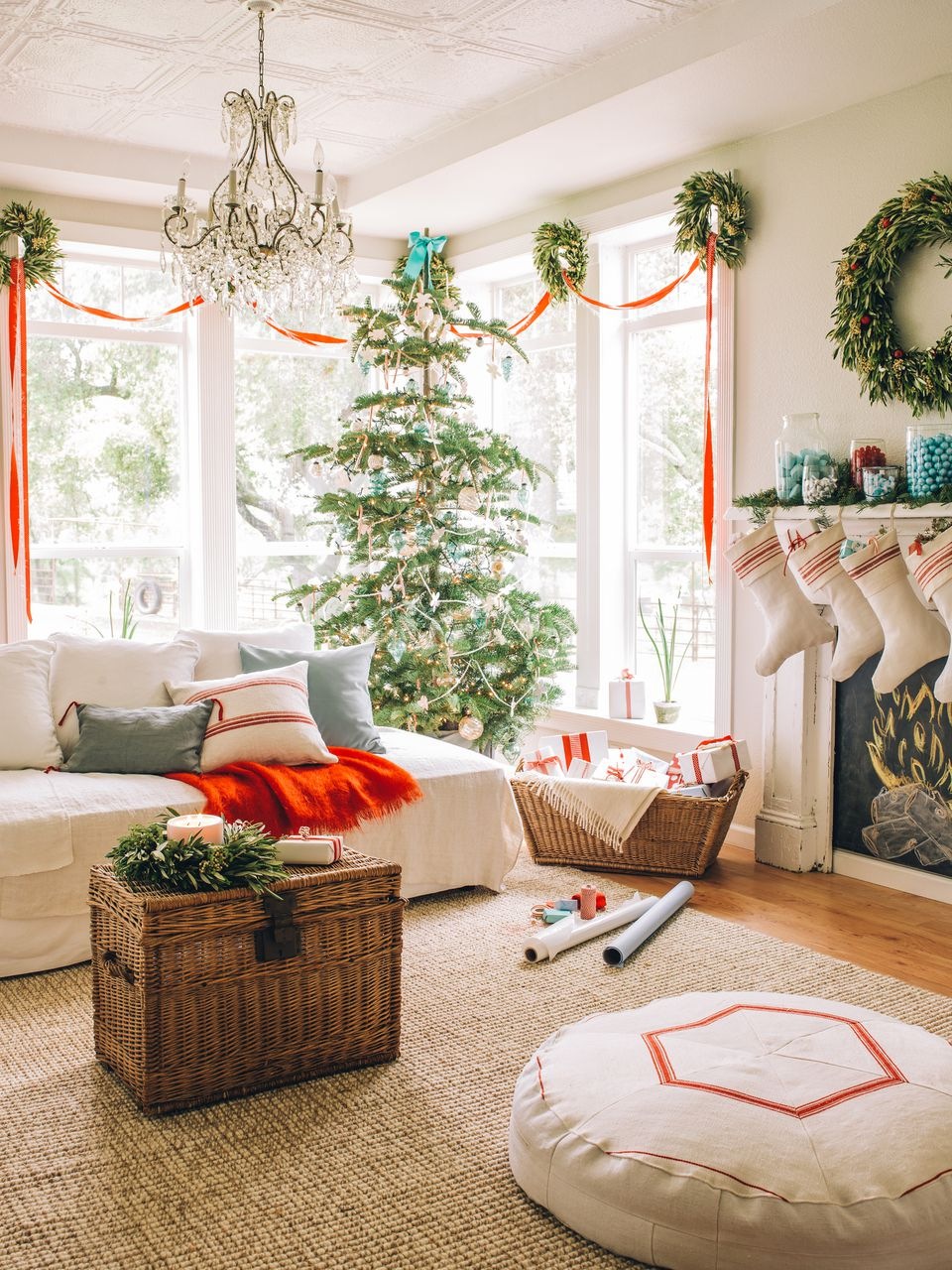 Beautiful ways to decorate the living room for christmas