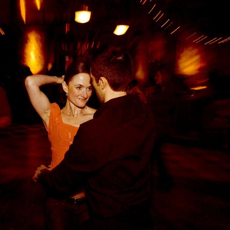 Pareja bailando chachachá.