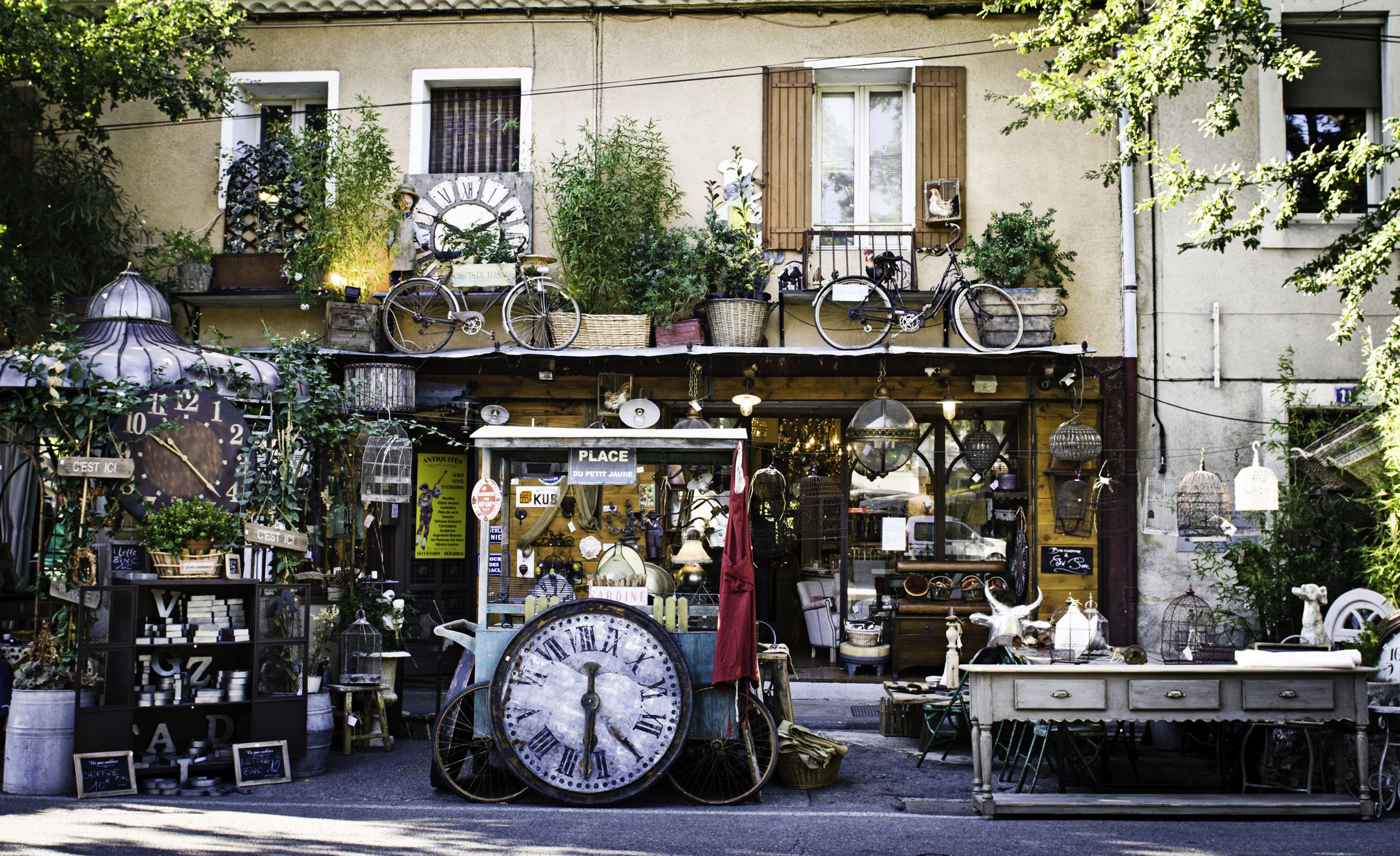 the antique town of l 39 isle sur la sorgue in provence. Black Bedroom Furniture Sets. Home Design Ideas