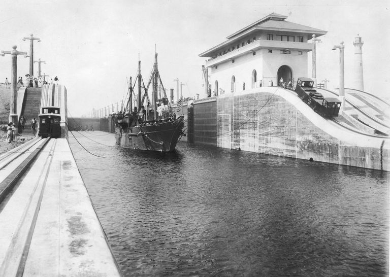 A picture of the Panama Canal shortly after construction was completed.