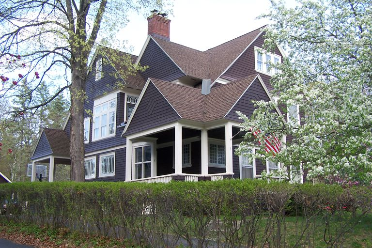 Overview of the shingle style an american original for Shingle style siding