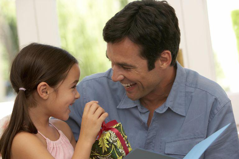 Padre recibiendo un regalo de su hija