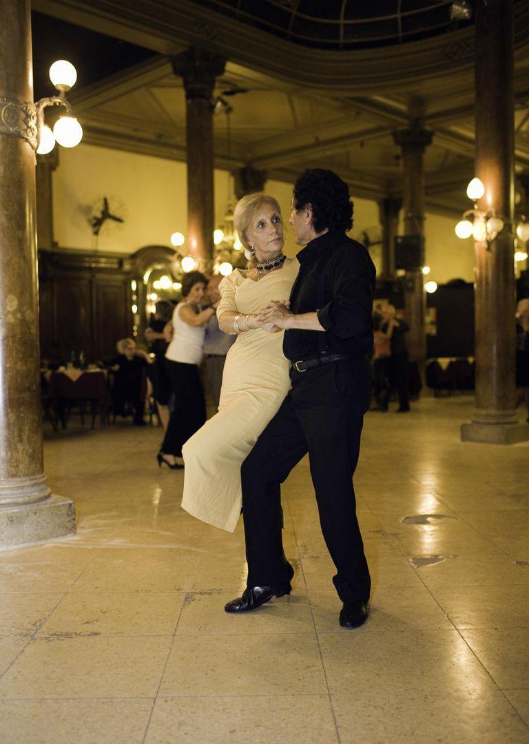 Couple dancing the tango, Retiro, Buenos Aires, Argentina