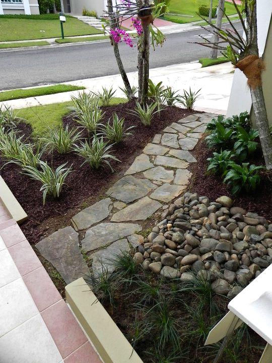 Patio interior o entrada for Disenos de jardines con piedras decorativas
