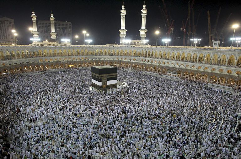 Hundreds of thousands of Muslims gather in the Saudi holy city of Mecca