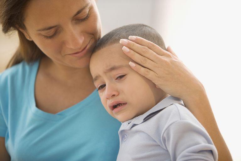 Madre hispana consolando a su hijo pequeño