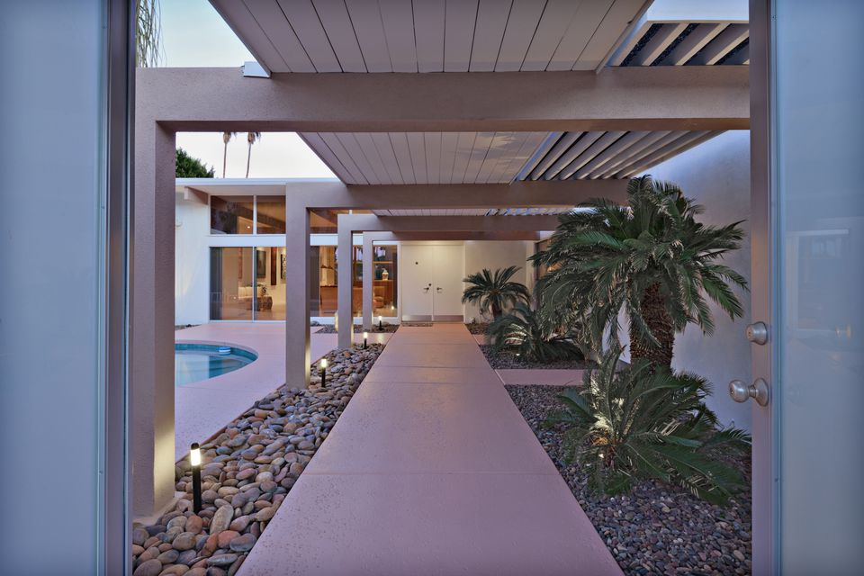 Exterior view of palm springs mid century modern house