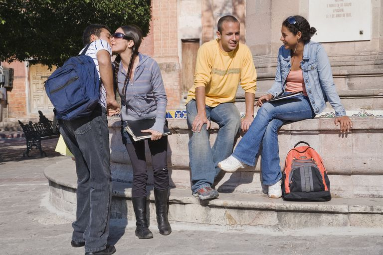 Grupo de estudiantes hablando durante un descanso.