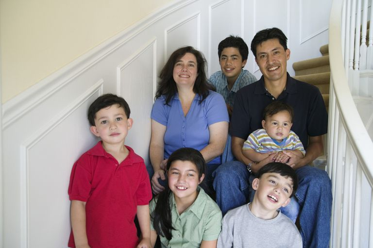 Familia sentada en las escaleras
